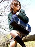 木陰で野ションする娘